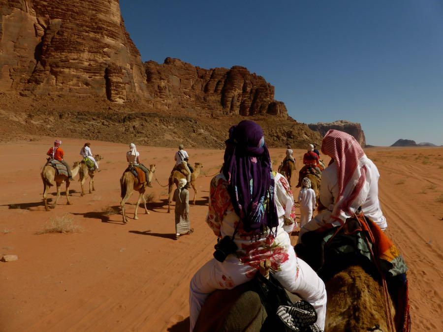 Op kameel door Wadi Rum woestijn, Jordanië